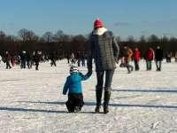 Anya a jégen sétál kisfiával